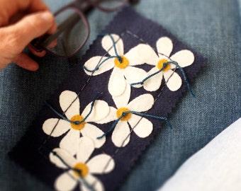 SUNGLASS CASE KIT White daisy diy pure wool applique kit