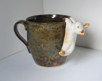 Mug stoneware with suspended cat