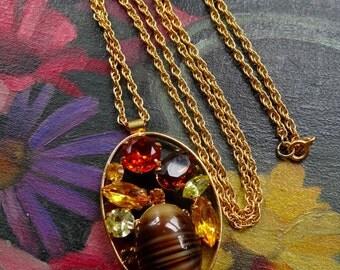Lovely vintage 1970s goldtone amber rhinestone banded glass pendant necklace