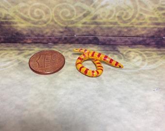 Miniature dollhouse snake mini pet reptile doll 1 inch 12 scale realistic tiny serpent garden vivarium kawaii red yellow poison scary stripe