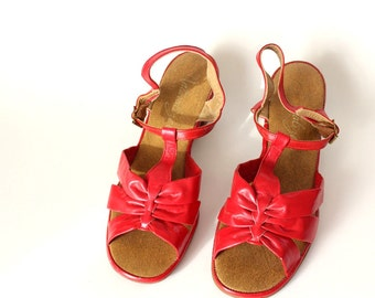 vintage t strap sandals . red Naturalizer shoes . summer sandals . womens 8.5 shoe . open toe sling back sandal, 1980s shoes