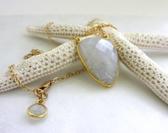 Gold Moonstone Necklace, Natural Rainbow Moonstone Slice Necklace, White Gemstone Necklace, Minimalist Necklace, Moonstone Jewelry, Geri