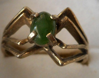 VINTAGE Faux Jade Green Glass Stone in Gold Metal COSTUME JEWELRY Ring
