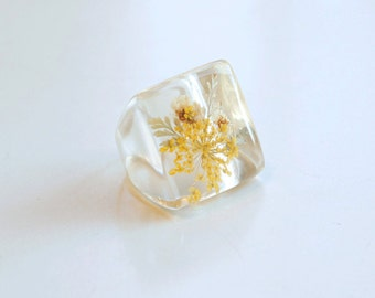 1970s dried flowers in clear lucite statement ring / 70s vintage pressed yellow flowers large plastic square ring size 6.5