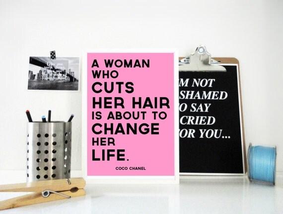 Imprimer A femme qui coupe ses cheveux Coco Chanel affiche de motivation  citation citation inspirante rose
