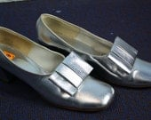 Silver Vinyl Vintage 1960s 1970s Womens Heels Size 7.5 with Decorative Bow