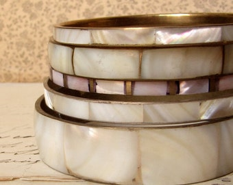 vintage bangle set - stack of 5 brass bracelets with mother of pearl inlay - 1980s fashion jewelry
