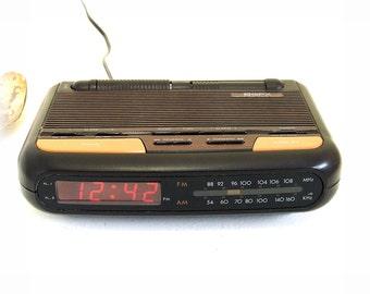 Retro GPX AM/FM Dual Alarm Clock Radio, Gran Prix Model D600 Attractive mid size Radio w Built-in Night Light. Vintage charm late 1980s.