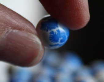 40 glass beads, 10 mm speckled blue and white, round and smooth, bubblegum style beads, baking painted, hole 1.3-1.6 mm