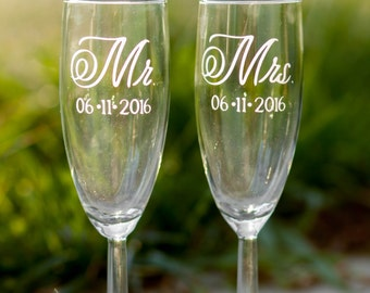 Mr and Mrs Champagne Flutes with Wedding Date, Set of 2, Mr and Mrs Toasting Glasses, Wedding Toast, Wedding Champagne Glasses