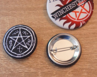 "Badge / Pin ""DEVIL'S TRAP"" - SUPERNATURAL / Dean Winchester / Sam Winchester / Castiel / Crowley / Bobby Singer"
