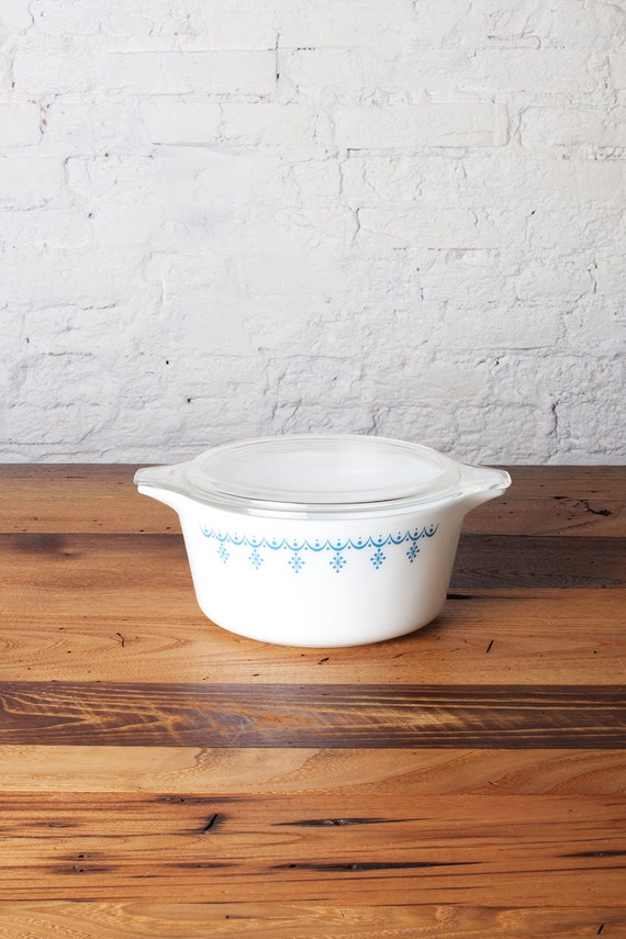 vintage pyrex snowflake casserole dish and lid 474 white and. Black Bedroom Furniture Sets. Home Design Ideas