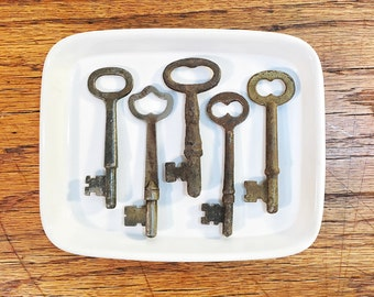 Skeleton Keys, Set of Five Antique Metal Keys, Jewelry Supplies, Collectible Keys