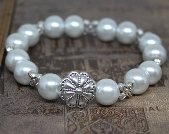 Silver color Pearl Bracelet very feminine and beautiful. Ships from Los Angeles.
