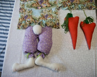 Easter Table Runner - Bunny looking for Carrots !