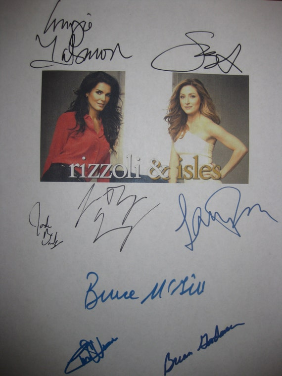 Rizzoli & Isles Signed TV Script Screenplay We Dont Need Another Hero X8 Autograph Angie Harmon Sasha Alexander Chris Vance Bruce McGill