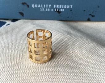 Ring woman Golden grid