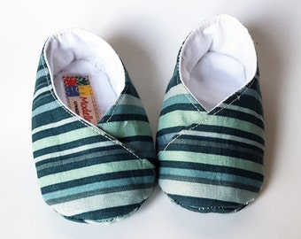 Baby shoes kimono stripes in shades of green