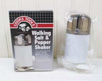 Vintage Walking Robot Salt & Pepper Shaker Set Wind Up Plastic New In Box 1980s