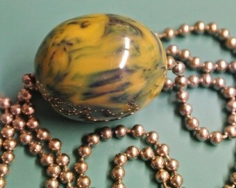 Necklace with silvercolor metal chain and one oval swirled dark forest green/ butter yellow genuine tested vintage 1940s bakelite bead