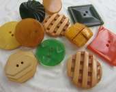 Vintage Buttons -Mid Century Modern mix ofgld, green and orange celluloid and Bakelite lot of 11 and old and sweet( apr33b)