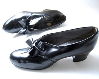 vintage 1940s black leather BOWTIE pumps heels DERBY dancing shoes SWING jitter bug womens 7 1/2 8 narrow granny nerd lindy hop goth