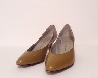 Vintage 1980's shoes // leather  heels // 80's olive pumps 7 narrow