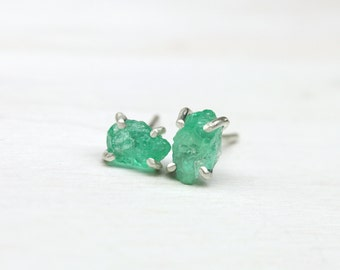 Tiny Raw Emerald Silver Stud Earrings 4 Prong Pale Bright Green Rough Gemstones May Birthstone Gift Idea For Her Gardner Aphid - Blattläuse