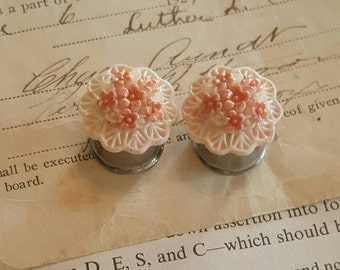 Shabby Chic White and Coral Flower Flower Resin Flower plugs Gauges 2g, 0g, 00g t113