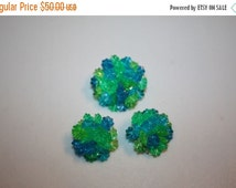 CLEARANCE 60% OFF Liz Taylor Frolicks on the Beach - Late 50s Early 60s Green/Blue Plastic Demi Parure Brooch & Earrings