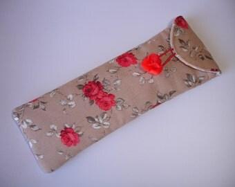Etui stylos en tissu coton imprimé roses rouges sur fond marron