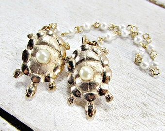 Vintage Sweater Guard Clip, Pearl Gold Turtle Sweater Clip, Pearl Sweater Clip, Collar Clip Chain, Cardigan Clip, 1950s Rockabilly Jewelry