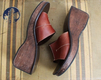 90s Wooden Slip on Sandals / wooden Brown Leather Shoes / Platform Wedges/ Size 8