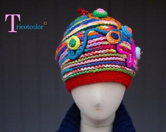 Bonnet femme rouge et multicolore en laine tricoté à la main