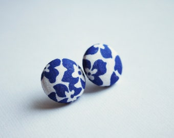 Fabric covered button earrings, floral pattern in white and blue