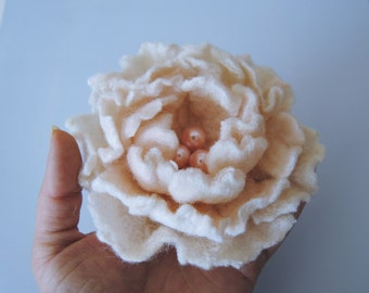 Felted flower brooch. White flower. Vintage style.. Felt flower pin,Felted wool flowers. Felt brooch.Gift for her, weeding gift