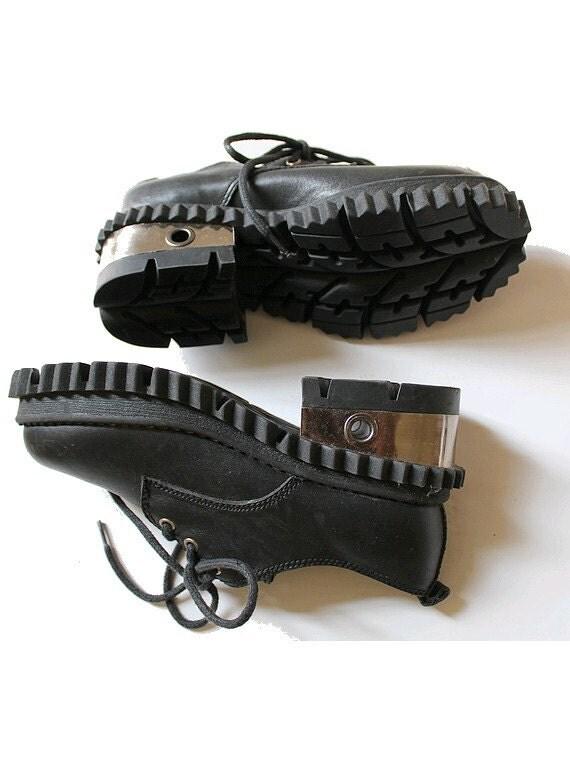 des ann es 90 chaussures trapues en m tal et cuir nous 5. Black Bedroom Furniture Sets. Home Design Ideas