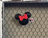 Adorable Minnie Mouse Sequin clip wrapped in minnie ribbon. MINNIE mouse, sequins, minnie clip disney