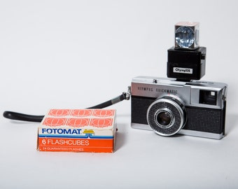 Olympus Quickmatic Camera 1960s with Fotomat Flash Cubes