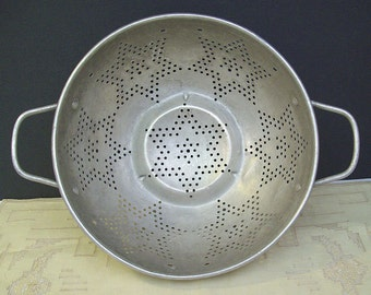 Vintage 1950's ALUMINUM STAR COLANDER #2 – Handles and No Legs – Shabby Chic - Aluminum Colander -