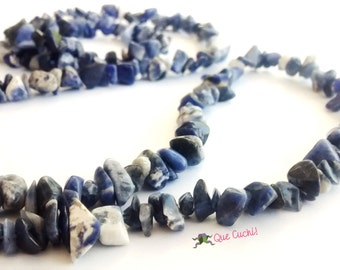 Necklace with sodalite chips of 80 cm around the neck