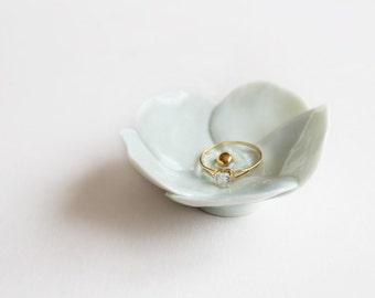 Porte-Alliance - Fleur en Porcelaine couleur Céladon avec centre en or. Accessoire pour Mariage - Décoration.