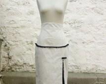Jupe crayon taille haute fente côté devant bordée de dentelle contrastée laçage au dos