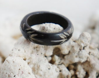 Simple Black Horn Ring with Carved Cut Slashed Arrow Dashes - Small Finger Ring Organic Jewelry - Size (US) 5,6.5,7,7.5,8