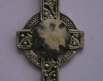 B714) A lovely vintage silver tone metal agate stone Gothic Celtic cross pendant with silver tone chain