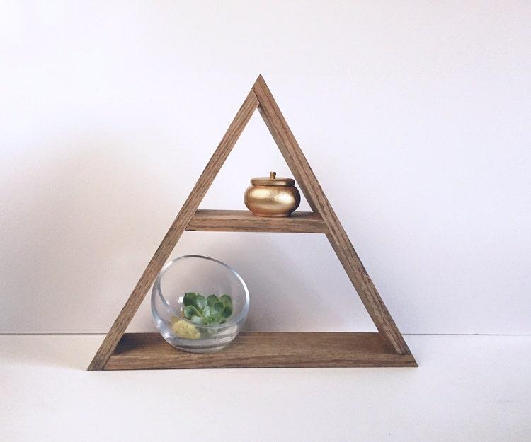 la main teint triangle tag re en bois d coration par woodcreekco. Black Bedroom Furniture Sets. Home Design Ideas