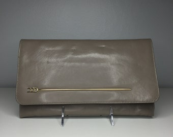 vintage taupe clutch purse with arrow detail
