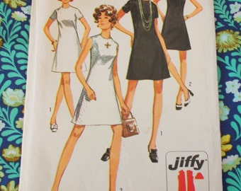 """Simplicity Sewing Pattern - 1970  - woman's 'Jiffy' dress - size 8  bust 31 1/2""""  - Mpn 8682 - unused & factory folded"""