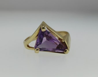 Vintage Estate Jewelry - 14k Yellow Gold Ring With Triangular Amethyst Gemstone - Ring Size 10