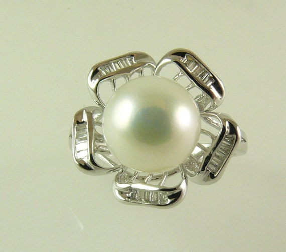 Freshwater White Pearl Ring 14k White Gold and Diamonds 0.11ct